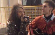 Солист Aerosmith Стивен Тайлер спел с уличным музыкантом на Арбате. Видео